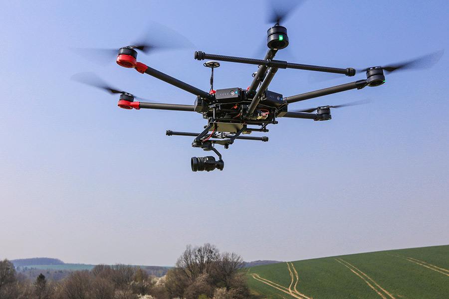 Věnujeme se oblasti profesionálního nasazení bezpilotních leteckých prostředků a to v průmyslu, filmové produkci i v oblasti precizního zemědělství.